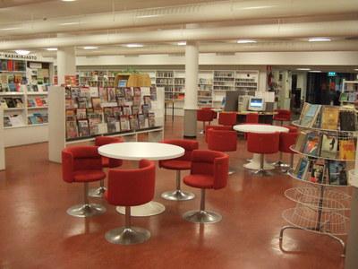 Tuolit kirjaston keskiosassa