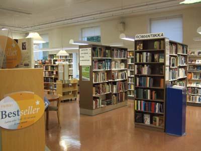 Näkymä eteisestä kirjastoon